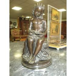bronze d'enfant tenant une couronne